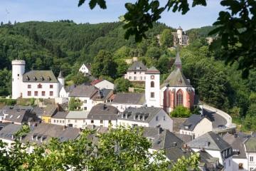 2-Ensemble-mit-Pfarrhaus,-Kirche-und-Burg